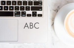 PC med tekst ABC i prosjektledelse